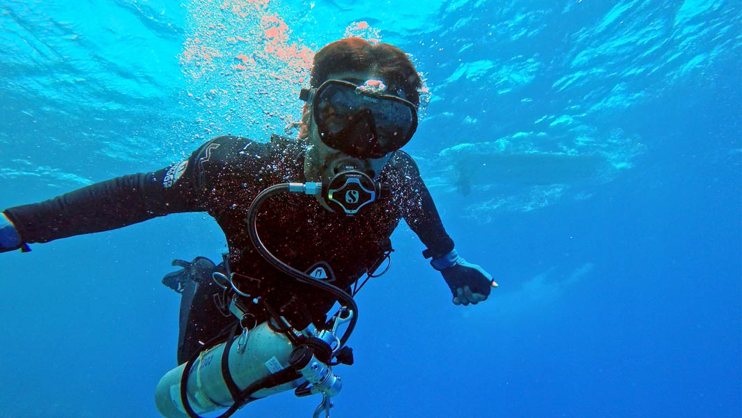 Faisal Al Mosawi breaks a record for the fastest 10 km scuba diving